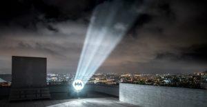 Στον νυχτερινό ουρανό της Μασσαλίας το σύμβολο του Μπάτμαν — ΣΚΑΪ (www.skai.gr)